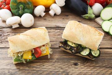 sandwich con verdure miste grigliate tavolo legno