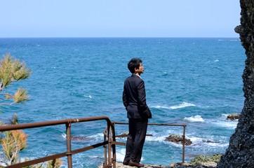 海を見つめる男