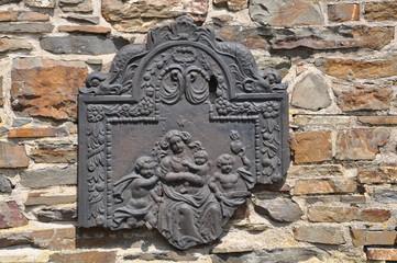 Mittelalterliches Relief in Gusseisen