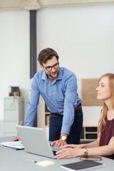 zwei mitarbeiter arbeiten unterhalten sich im büro