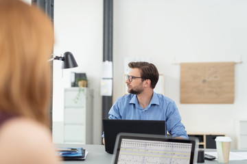 geschäftsleute arbeiten zusammen in einem büro