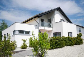 modernes Haus im Grünen