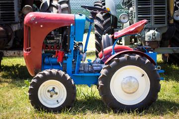 piccolo trattore agricolo antico blu e rosso