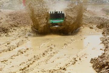 çamurlu zeminde offroad yapmak
