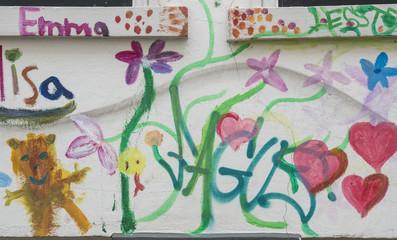 Schöne Kinderzeichnungen an der Wand