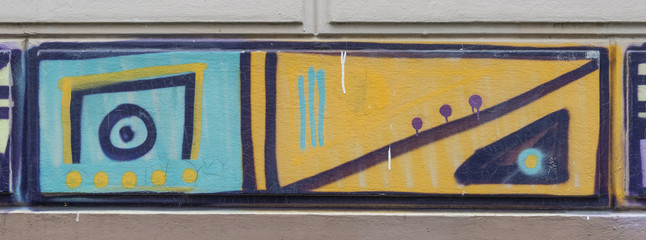 Grafitti an der Wand - Blau Orange