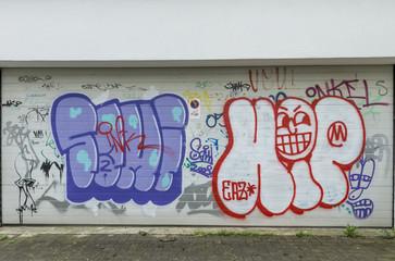Viele Grafittis auf Garagentor
