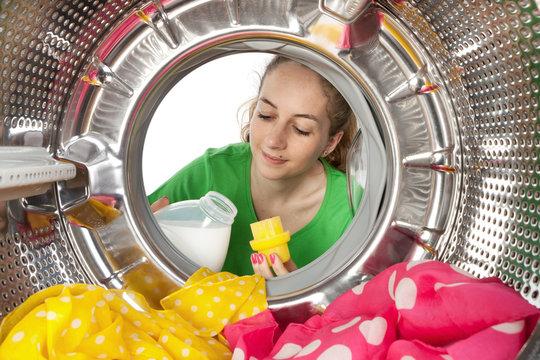 Femme charge linge machine à laver