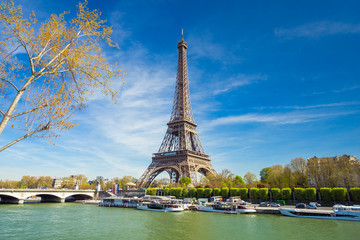 Eiffelturm im Sommer