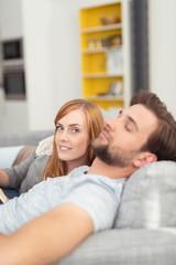paar entspannt zuhause auf dem sofa