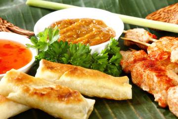 Asiatische Vorspeise auf einem Bananenblatt angerichtet..