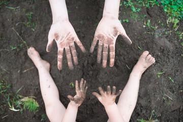 土遊びをする親子の手 Fototapete