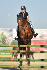 Jeune fille sautant avec cheval