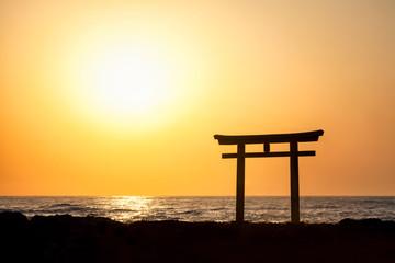 Wall Mural - Japanisches Torii mit Sonne im Hintergrund