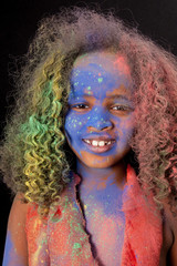 Farbiges Mädchen mit Holi-Farben