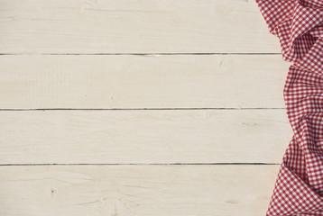 Holzhintergrund mit Tischdecke karo rot