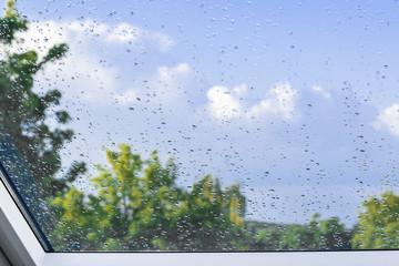 Regen auf der Fensterscheibe mit Hintergrund