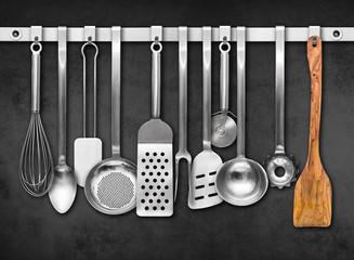Küchenwerkzeuge vor grauer Wand