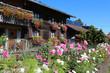 Bauerngarten mit Holzhaus im Allgäu