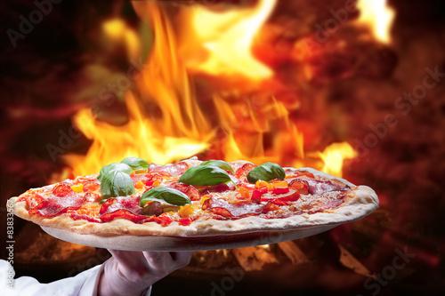 frische salami pizza aus dem holzofen stockfotos und. Black Bedroom Furniture Sets. Home Design Ideas