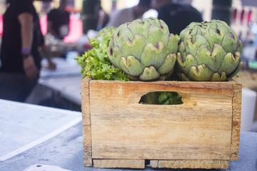Alcachofas en caja de madera
