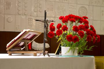 Rosas, biblia y crucifijo