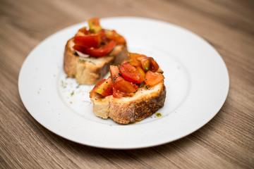 pane bruschetta con pomodoro, olio e origano