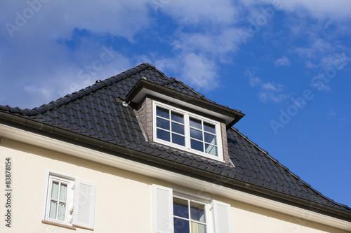 neues und gepflegtes dach einer modernen stadtvilla stockfotos und lizenzfreie bilder auf. Black Bedroom Furniture Sets. Home Design Ideas