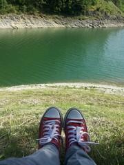 Scarpe rosse al lago