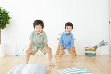 部屋で遊ぶ兄弟
