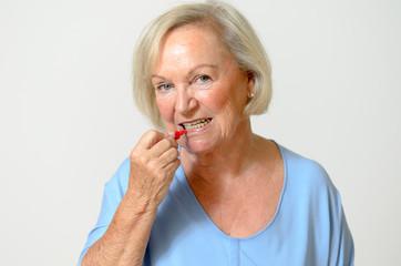 Rentnerin mit interdental Bürste