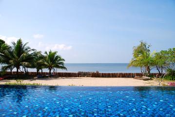 Pool und Meer in Thailand