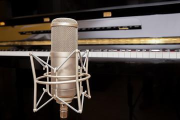 Mikrofon mit Klavier im Hintergrund