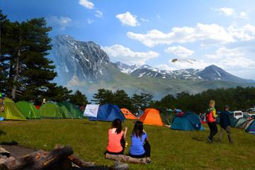 kalabalık kamp alanı