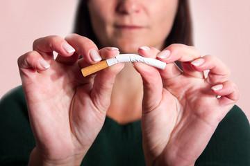 Frau zerbricht die letzte Zigarette