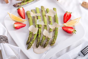 Blanchiertes asparagus with truffle sauce