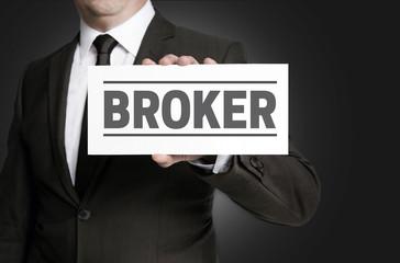 Broker Schild wird von Geschäftsmann  gehalten
