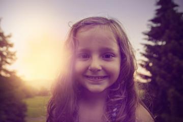 Mädchen lächelt im sonnenuntergang