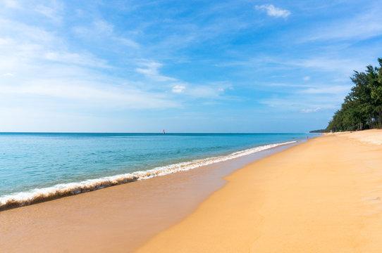 безлюдный тайский пляж