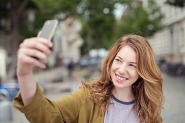 junge frau macht ein selfie in der stadt