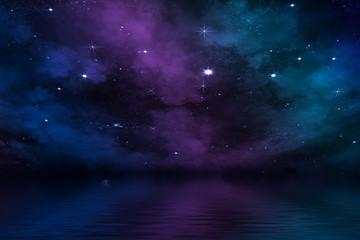 farbenfroher Nebel an hellem Sternen-Himmel über Meer