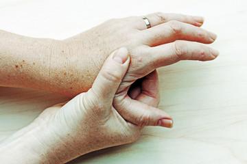 Eine verletzte schmerzende Hand