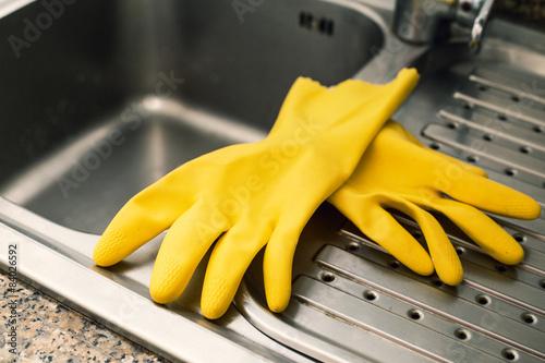 Guanti gialli lava piatti lavandino cucina ristorante photo libre de droits sur la banque d - Lavandino cucina ristorante ...
