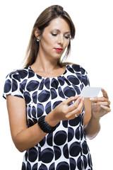 Attraktive brünette geschäftsfrau zeigt ihre Visitenkarte