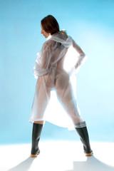 Frau im durchsichtigen Regenmantel