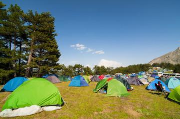 dağcılık şenliği için çadır kurulumları