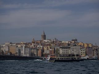 Ferry en el Bosforo con torre Galata al fonde