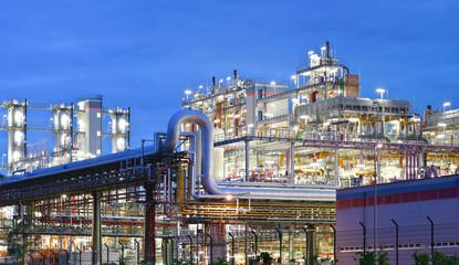 chemische Industrie, Raffinerie bei Nacht // chemical plant