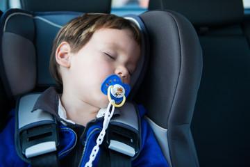 enfant dormant dans une voiture