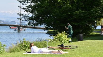 détente en bordure du lac de zürich